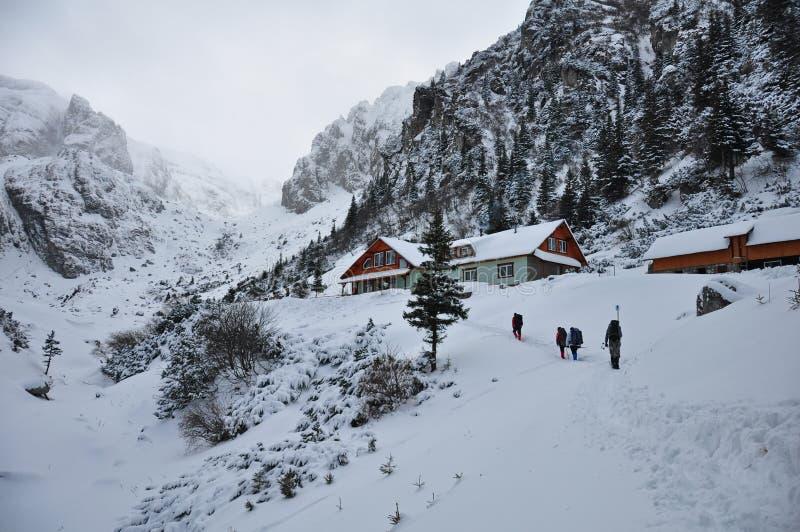 Capanna turistica sull'inverno in montagne fotografie stock libere da diritti