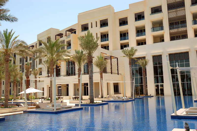 Capanne alla piscina dell'albergo di lusso fotografia stock