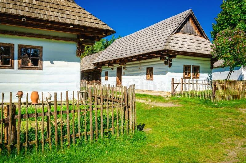 Capanne bianche in museo all'aperto di Liptov, Slovacchia fotografia stock