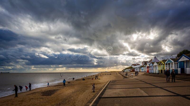 Capanne del lungonmare e della spiaggia di Southwold con il cielo dramtaic in Southwold, Suffolk, Regno Unito fotografia stock libera da diritti