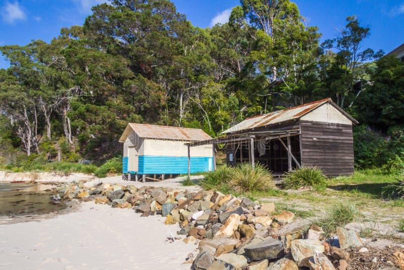 Capanne della spiaggia, spiaggia dall'estuario del fiume di Pambula fotografie stock