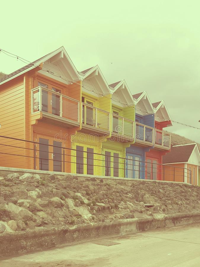 Capanne della spiaggia dell'arcobaleno fotografia stock libera da diritti