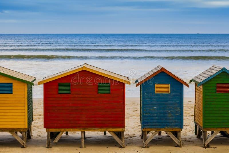 Capanne di bagno variopinte in spiaggia di Muizenberg, Cape Town, Sudafrica fotografie stock