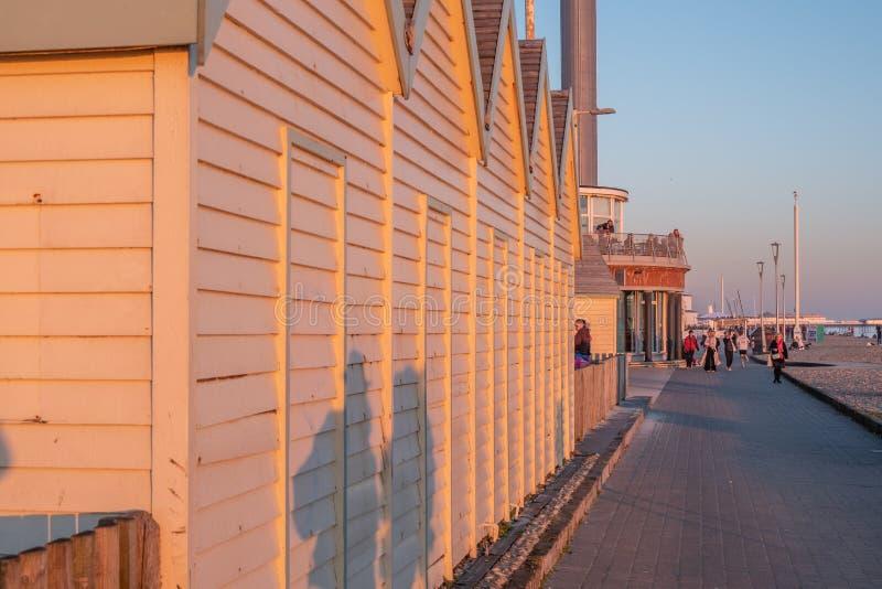 Capanne di legno a Brighton Beach England nella sera - BRIGHTON, REGNO UNITO - 27 FEBBRAIO 2019 fotografie stock