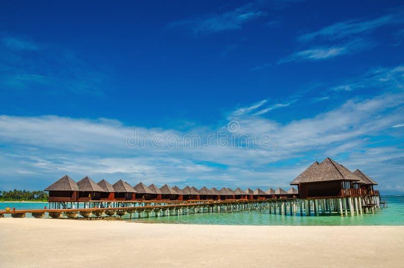 Capanne di legno esotiche sull'acqua, Maldive fotografia stock