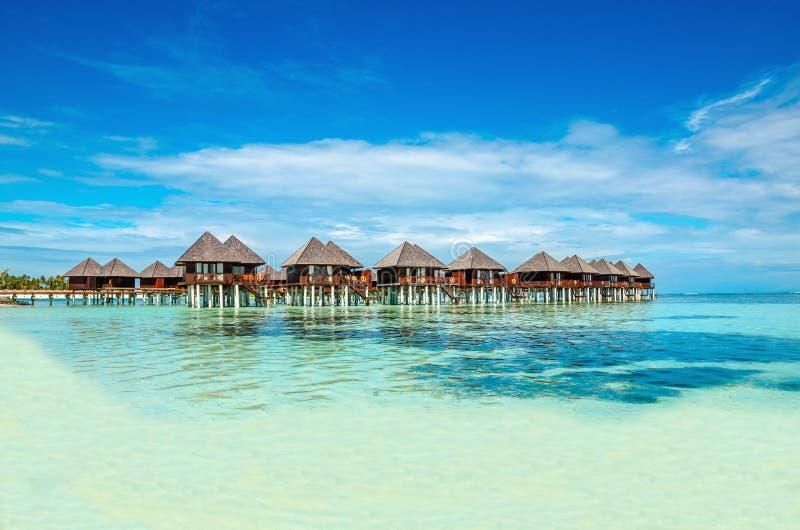 Capanne di legno esotiche sull'acqua, Maldive fotografie stock libere da diritti
