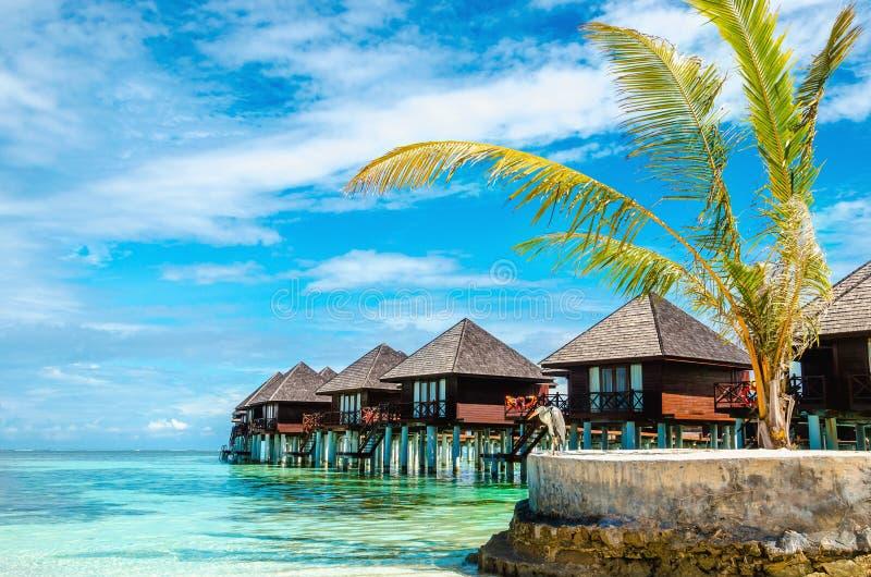 Capanne di legno esotiche sull'acqua, Maldive immagini stock