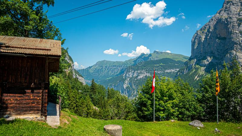 Capanne di legno tipiche delle Alpi svizzere - SVIZZERE ALPS, SVIZZERA - 22 LUGLIO 2019 fotografia stock