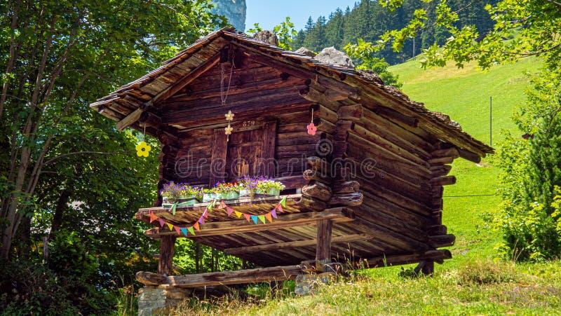 Capanne di legno tipiche delle Alpi svizzere - SVIZZERE ALPS, SVIZZERA - 22 LUGLIO 2019 fotografia stock libera da diritti