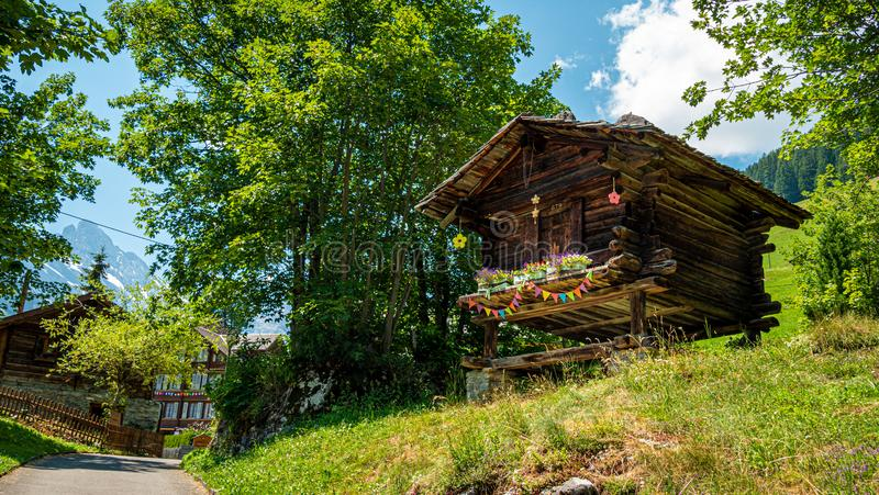 Capanne di legno tipiche delle Alpi svizzere - SVIZZERE ALPS, SVIZZERA - 22 LUGLIO 2019 immagine stock