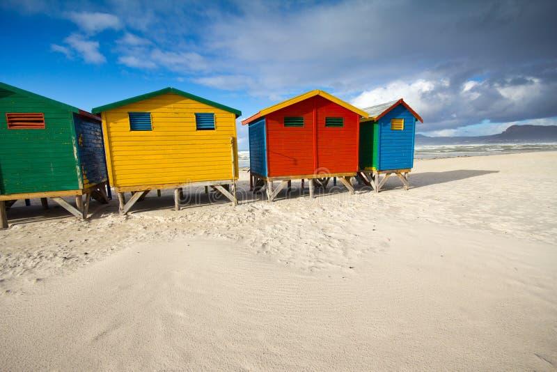 Capanne variopinte della spiaggia alla spiaggia di Muizenberg fotografia stock libera da diritti