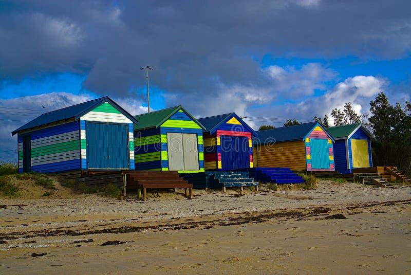 Capanne variopinte della spiaggia fotografie stock libere da diritti