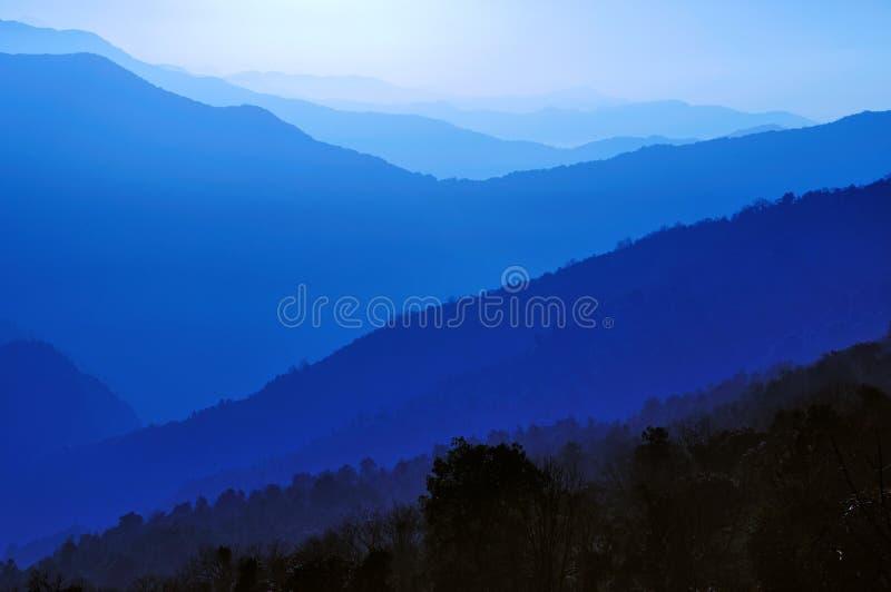 Capas azules de cantos de la montaña imágenes de archivo libres de regalías