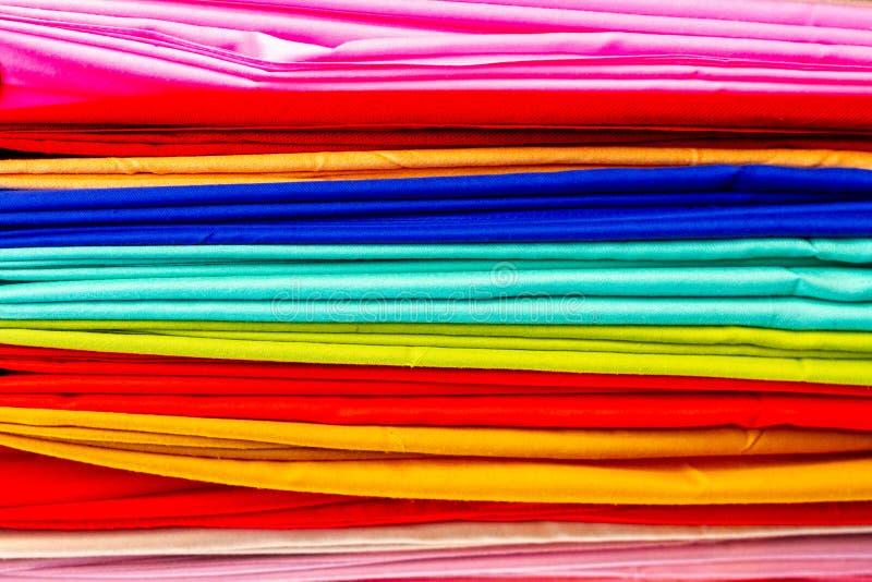 Capas brillantemente coloreadas de paño fotos de archivo