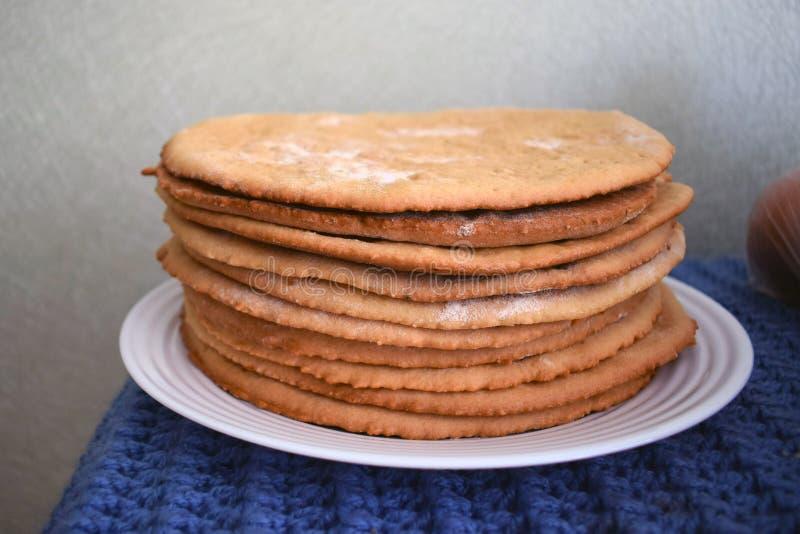 Capas cocidas redondas de la torta apiladas en una placa Tortas hechas en casa imágenes de archivo libres de regalías