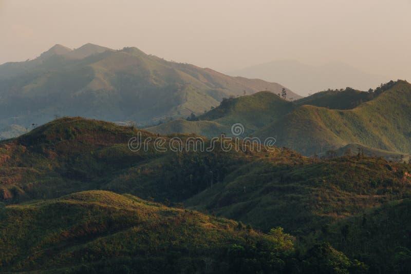 Capas de colinas con la sombra de la luz del sol foto de archivo