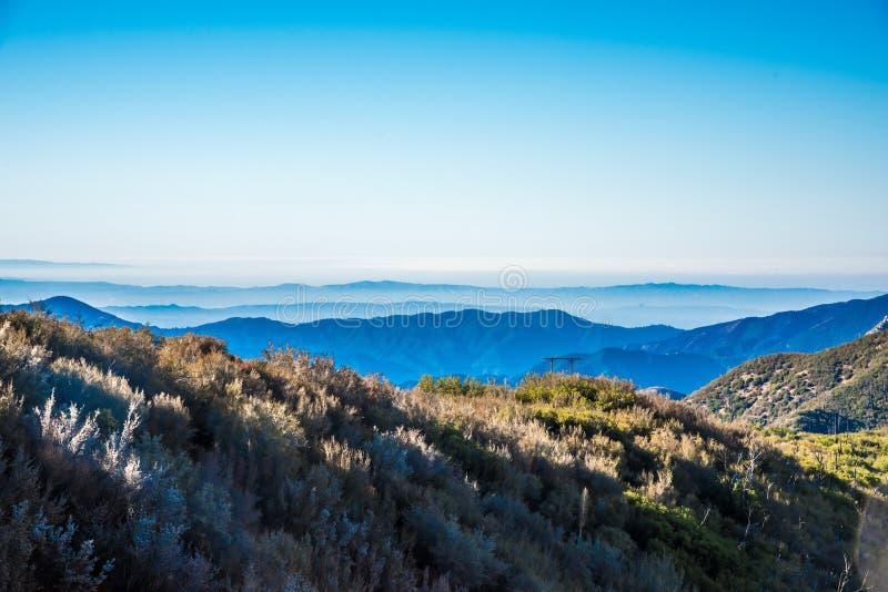 Capas de montañas en horizonte fotos de archivo