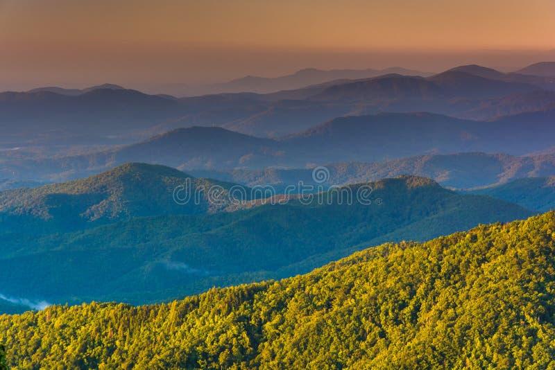 Capas de Ridge Mountains azul en la salida del sol, vistas del azul imagenes de archivo