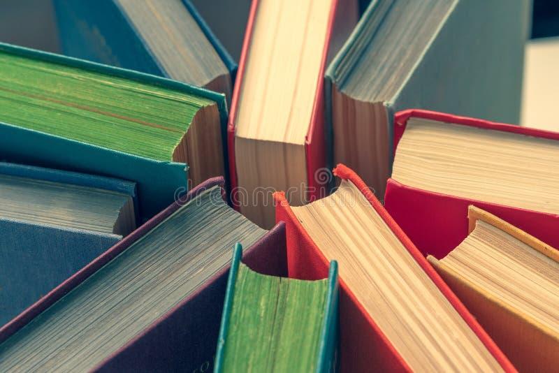 Capas do livro coloridas, vista superior Fundo da educa??o imagens de stock