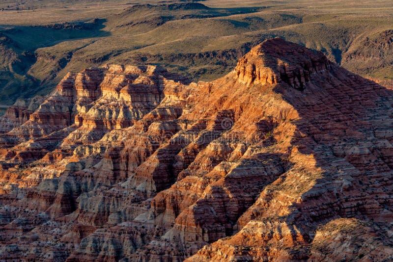Capas geológicas en la cara de un acantilado de cañón en las luces de la noche fotos de archivo
