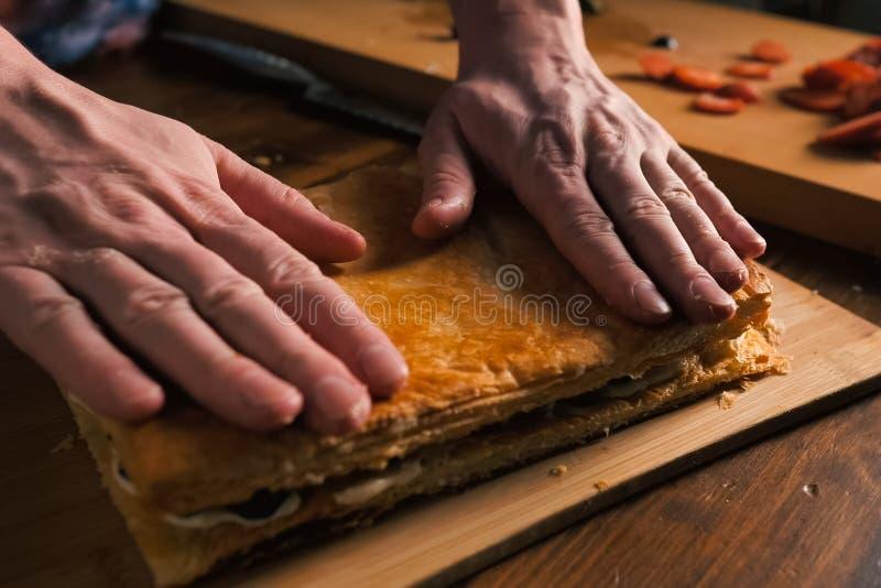 Capas plegables de empanada de la pasta de hojaldre con el relleno fotografía de archivo libre de regalías