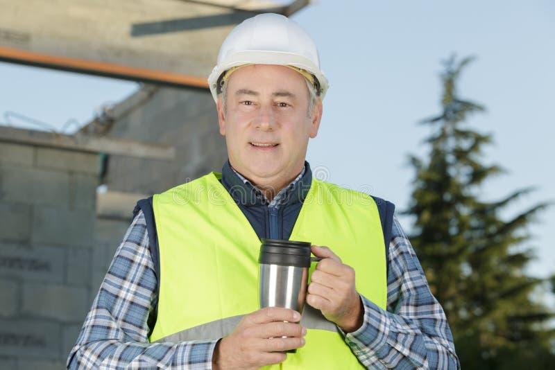 Capataz de sexo masculino del constructor que tiene descanso para tomar café fotos de archivo libres de regalías