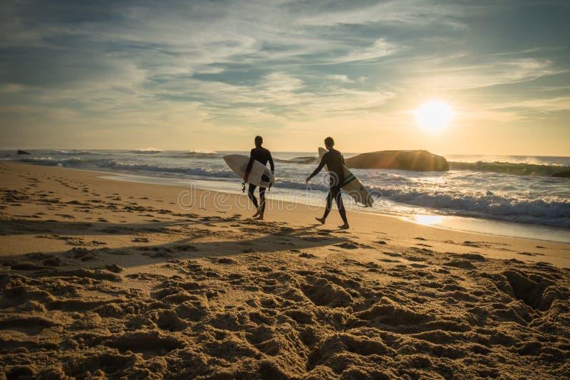 Capbreton, France - 4 octobre 2017 : surfers enthousiastes allant chercher la session de ressac dans le beau paysage marin scéniq photos stock
