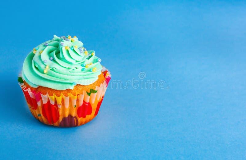 Capcake auf einem blauen Hintergrund, Kopienraum stockfoto