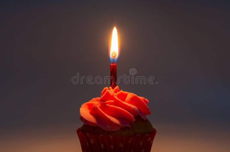 Capcake crème rose avec une bougie pour l'anniversaire images stock