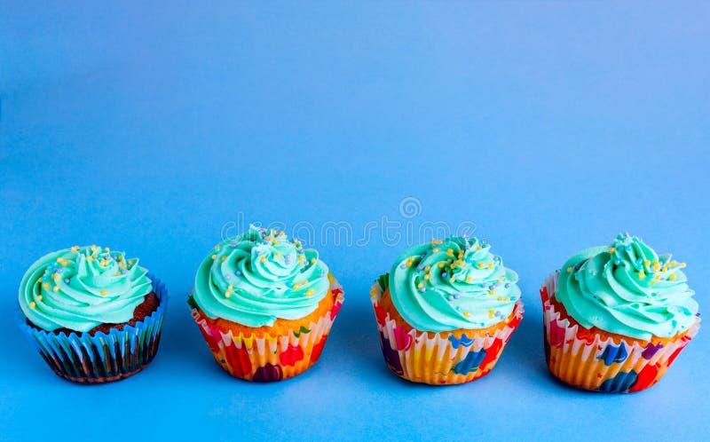 Capcake på en blå bakgrund, kopieringsutrymme arkivbild