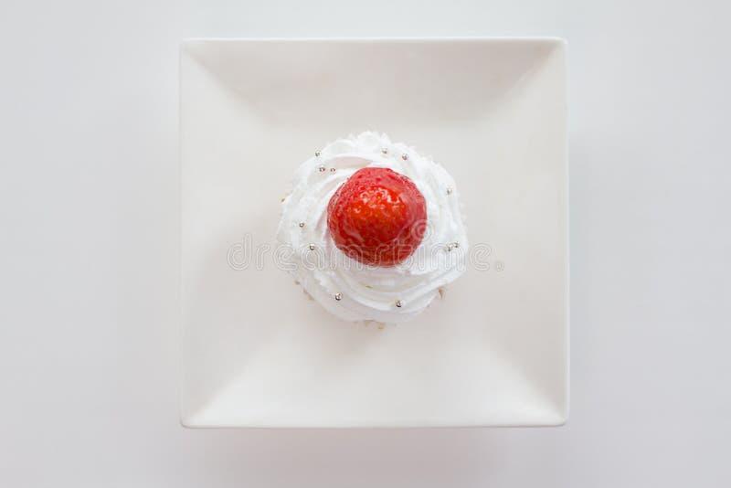 Capcakesweets - dolce con la fragola sul piatto bianco - vista superiore immagine stock libera da diritti