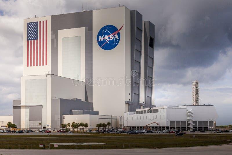 CAPE CANAVERAL USA - MARS 28 2012: Jättelik medelenhetsbyggnad på den Cape Canaveral NASAgrunden, Florida, USA royaltyfri fotografi