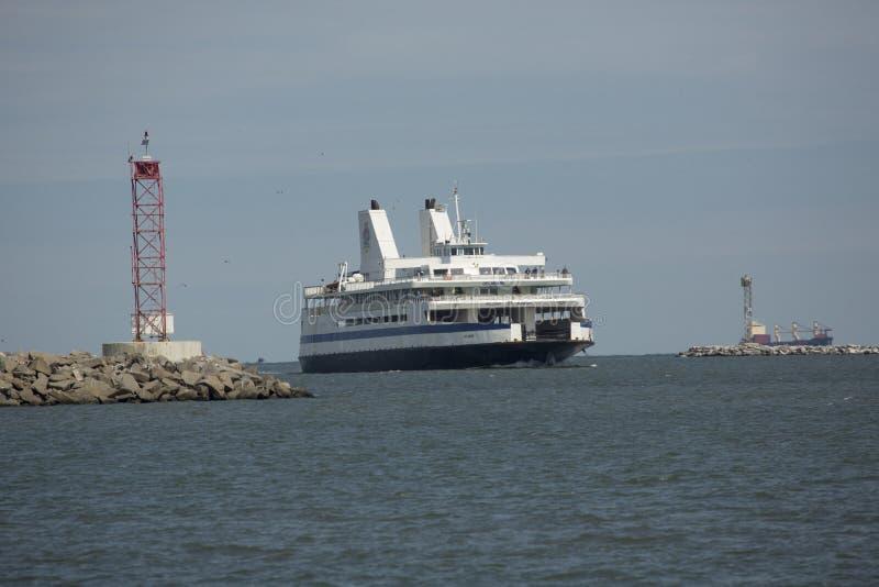 Cape May Fähre macht zu Dock bei Lewes, Delaware stockbild