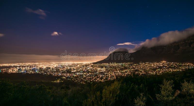Cape Town, Afrique du Sud la nuit, vue de colline de signal photo libre de droits