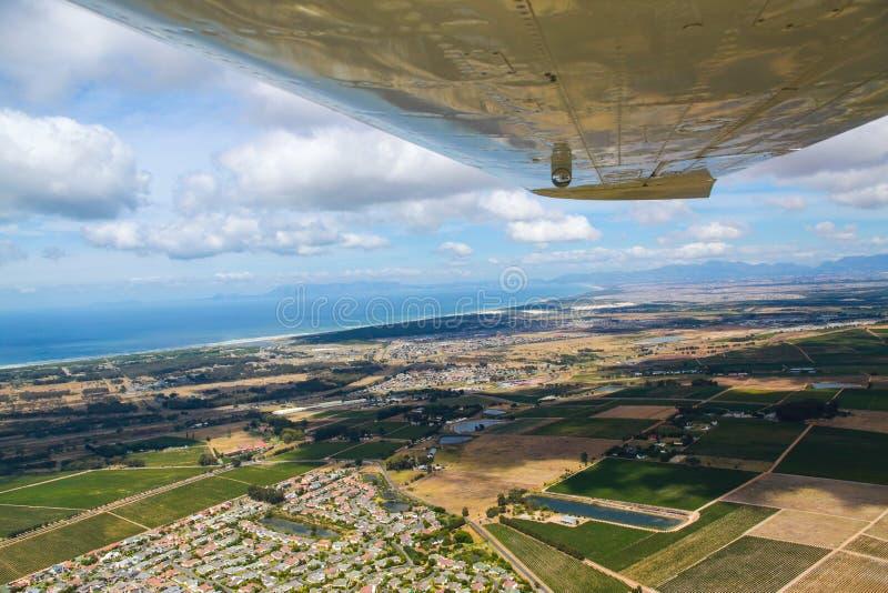 Cape Town, bahía falsa según lo visto del pequeño avión foto de archivo