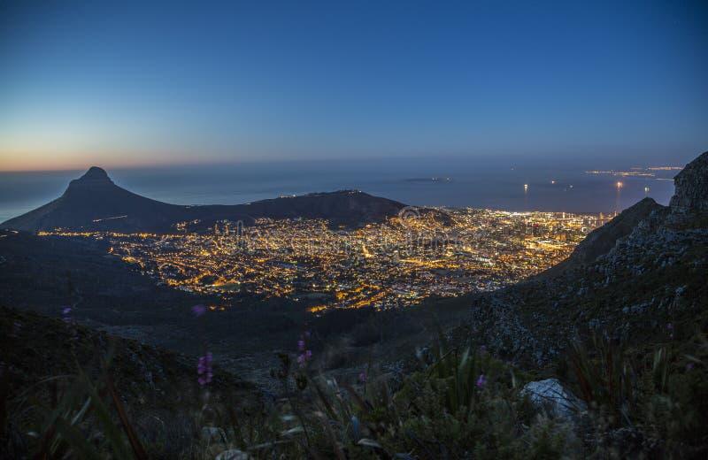 Cape Town, isla de Robben y la cabeza del león en la noche fotos de archivo libres de regalías
