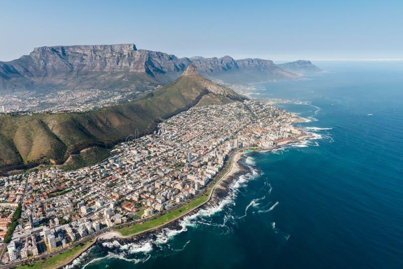 Cape Town-Luftschuß mit Fokus im Seepunkt stockfotos