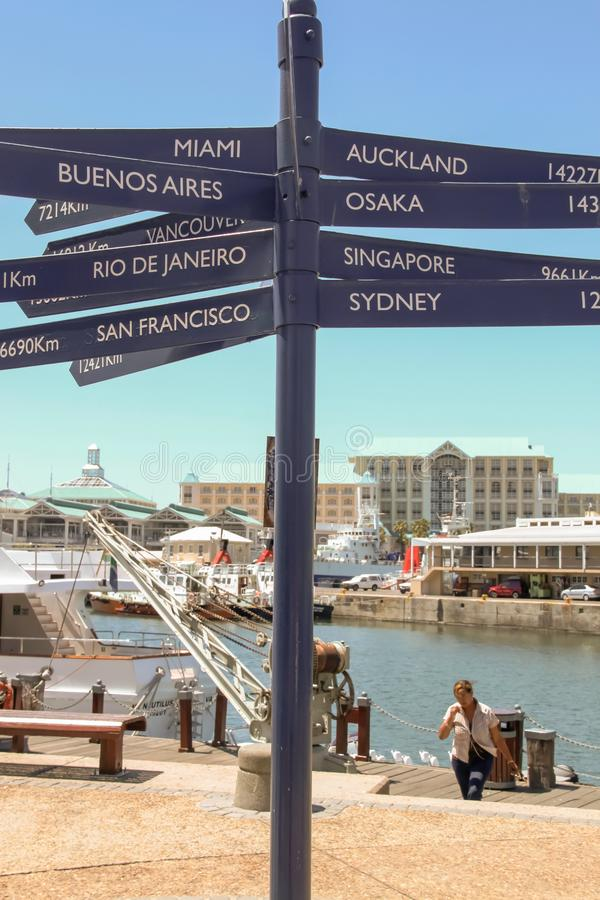 Cape Town - 2011: Muestras que muestran distancias a las ciudades importantes fotos de archivo