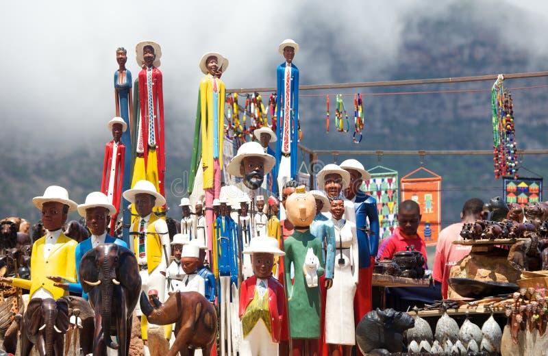 Cape Town södra Afrika-Januari 14,2015: Etnisk konst med carvings och statyer på vägrenen stannar fotografering för bildbyråer
