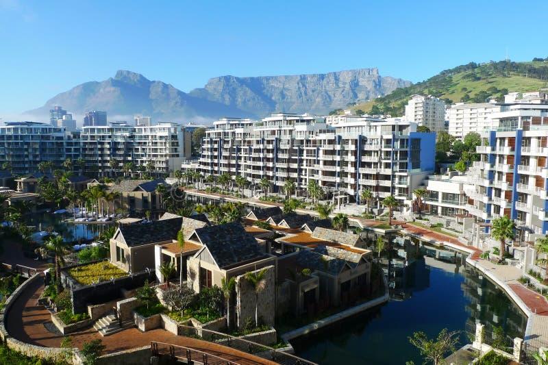 Ein und nur Hotel und Ansicht des Tabellenberges in Cape Town, Südafrika lizenzfreie stockfotografie