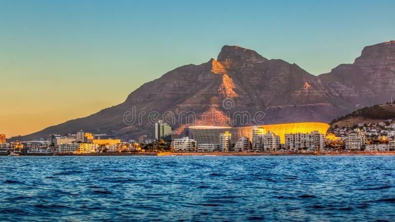 Cape Town stadion med berget för tabellöverkant på solnedgången royaltyfria foton