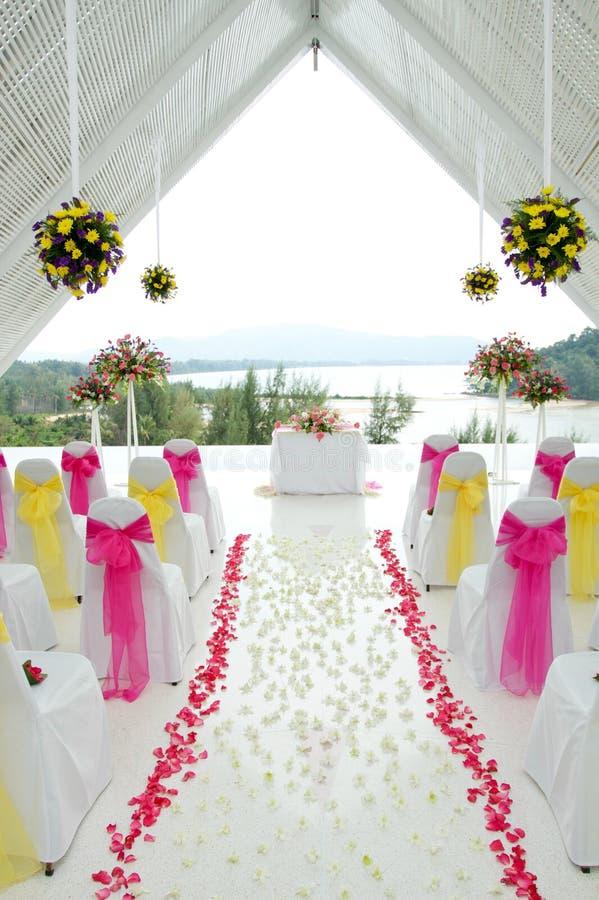 Capela branca do casamento. imagens de stock royalty free