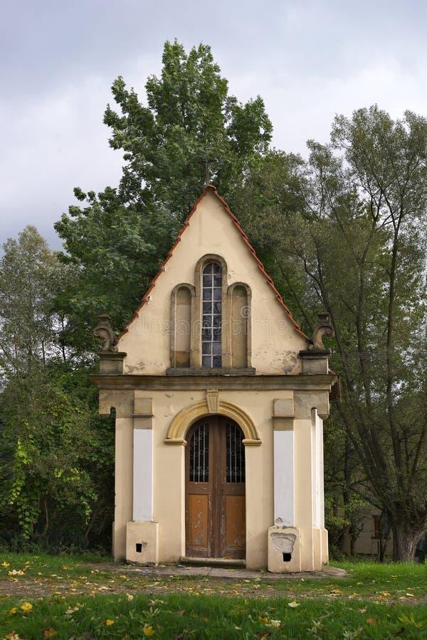 Capela branca pequena nas madeiras no Polônia fotos de stock