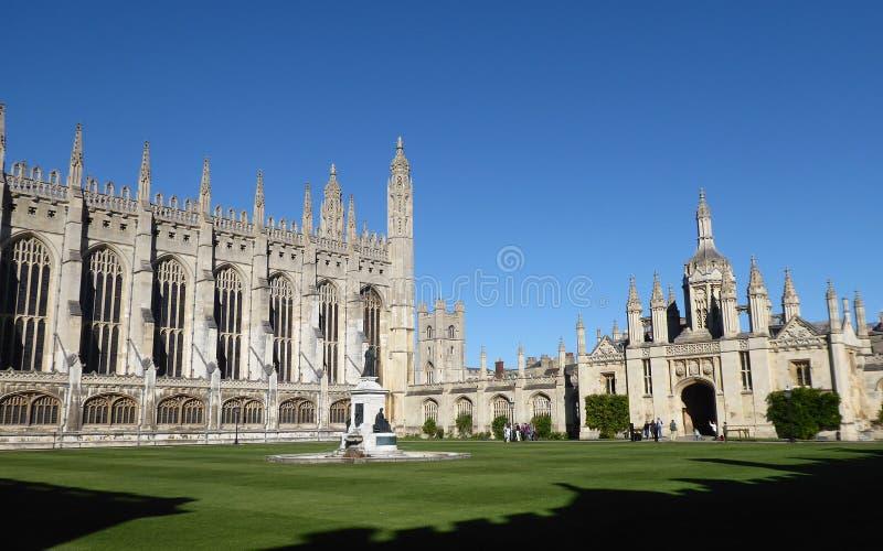 Capela da faculdade do ` s do rei e gatehouse, Cambridge, Reino Unido imagem de stock royalty free