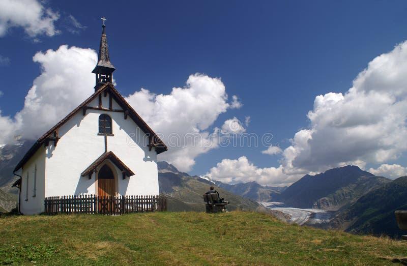 Capela da montanha com geleira de Aletsch fotos de stock