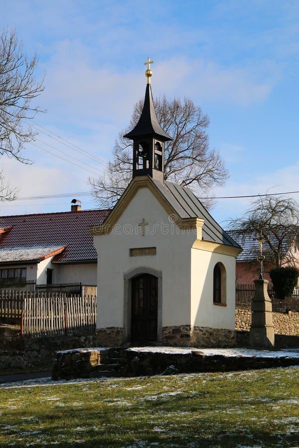 Capela da vila com torre de sino imagem de stock royalty free