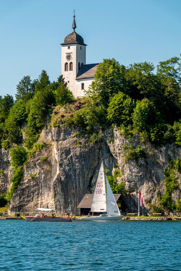 Capela de Johannesberg, Traunkirchen e lago Traunsee em Salzkammergut, Áustria fotografia de stock royalty free