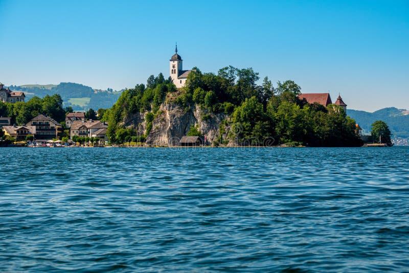 Capela de Johannesberg, Traunkirchen e lago Traunsee em Salzkammergut, Áustria imagem de stock