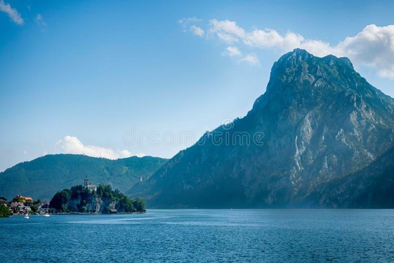 Capela de Johannesberg, Traunkirchen e lago Traunsee em Salzkammergut, Áustria imagens de stock