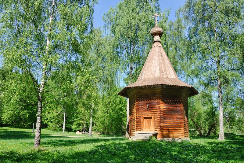 Capela de madeira velha nas madeiras fotos de stock royalty free
